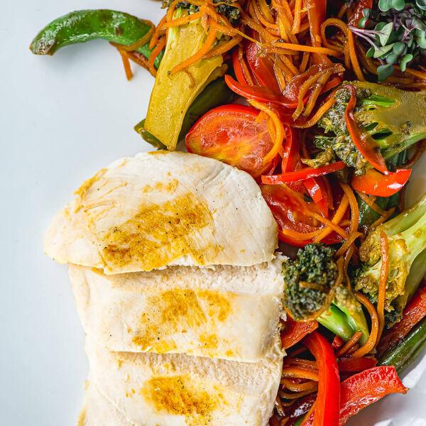 Припущенные овощи с куриной грудкой